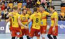 Jeroen Rauwerdink viert een punt met zijn ploeggenoten van Draisma Dynamo.