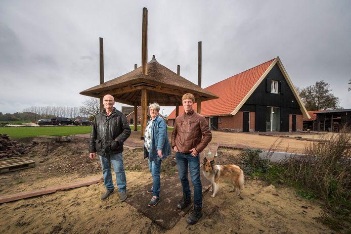 Erve Tankink Zorgboerderij vlnr Engelbert , Rosalien en Ivo ten Duis met op achtergrond nieuwbouw voor dagopvang