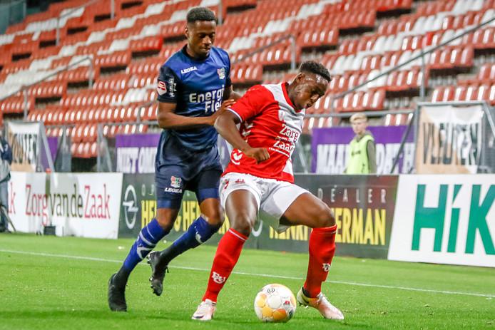 Jonathan Okita (links) jaagt bij zijn debuut voor NEC Sylian Mokono van Jong FC Utrecht op.