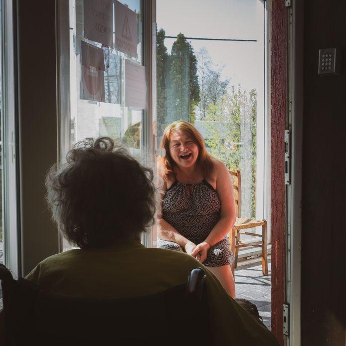 Si des parents rendent visite aux pensionnaires, les contacts se font à distance.