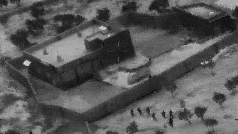Amerikaanse commando's begeven zich naar de muur rond het huis van Al-Baghdadi.  Beeld AP