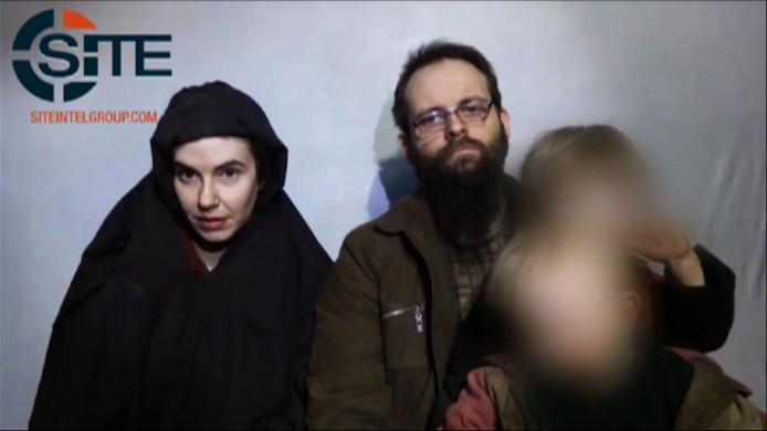 Joshua Boyle en zijn vrouw Caitlan Coleman met hun kinderen tijdens hun gevangenschap.