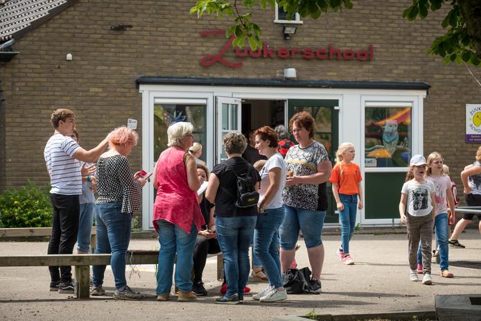 Bij de ouders heerst verslagenheid. Na de zomer houdt de Zuukerschool in buurtschap Zuuk waarschijnlijk op te bestaan.