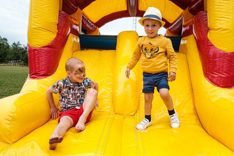 Ferre (6) en Tybo (3) amuseren  zich op de opblaasbare glijbaan.