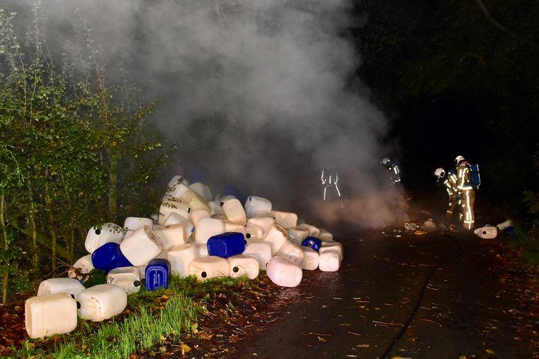 Zo'n 120 vaten en nog wat ander materiaal werden gedumpt langs de Kriekstraat in Voormezele.