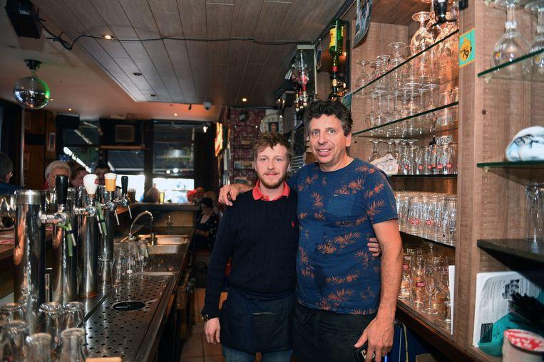 Dirk Lauwers (rechts) laat na 13 jaar café Marengo in Leuven over aan barman Stijn Deweerdt.