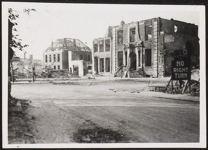 Het voormalige stadhuis van Doetinchem nu op de plek van Hotel De Graafschap na het bombardement van maart 1945. 'No right turn' waarschuwt om niet de ook vernielde Waterstraat in te rijden.