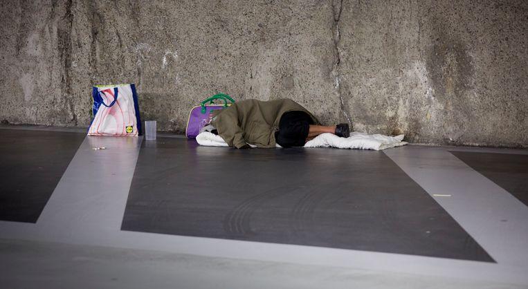 Een dakloze man slaapt in de parkeergarage van de Grote Markt, Den Haag. Beeld ANP