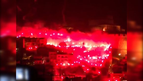 Griekse supporters zetten stad in lichterlaaie na behalen van titel