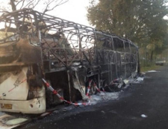 De touringcar van Michel Travel uit Middelharnis brandde uit op een parkeerplaats in het Brabantse Diessen.