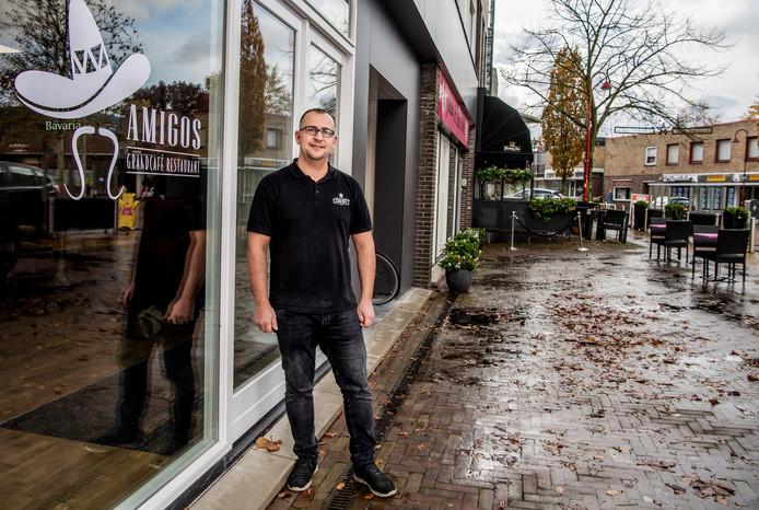 Eigenaar Feras Al Zahar voor z'n restaurant Amigos in Bodegraven -  Zahar is een van de ondernemers die dankzij een verhuissubsidie van de gemeente is verhuisd. Foto: Frank de Roo