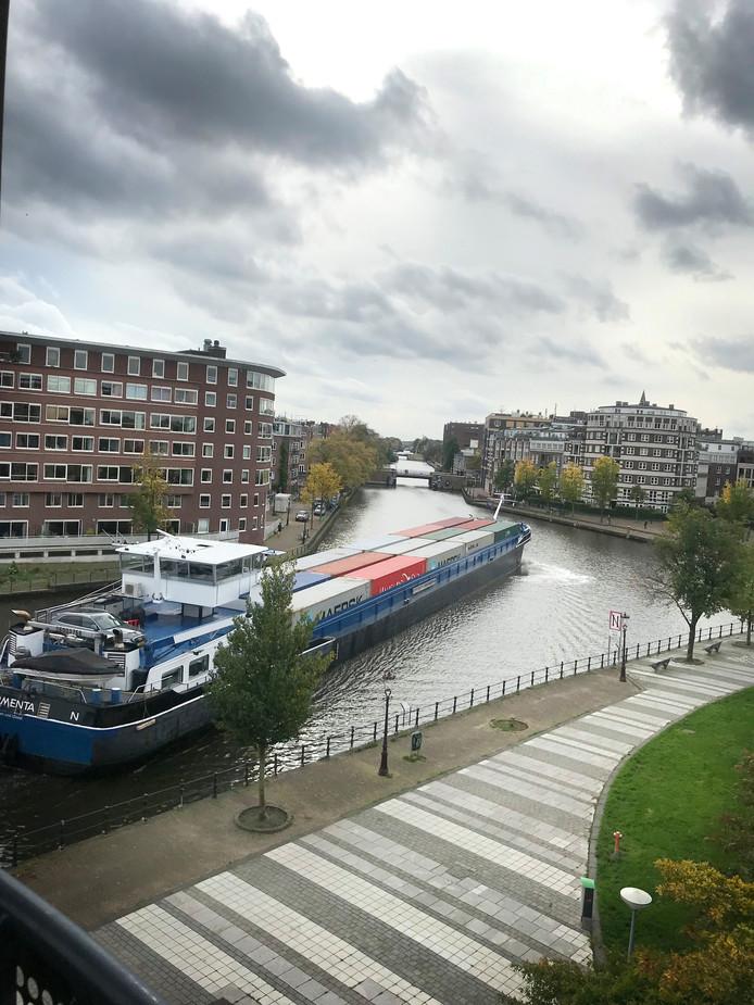 Door de kapotte brug Boskoop varen er veel meer grote containerschepen door Amsterdam.