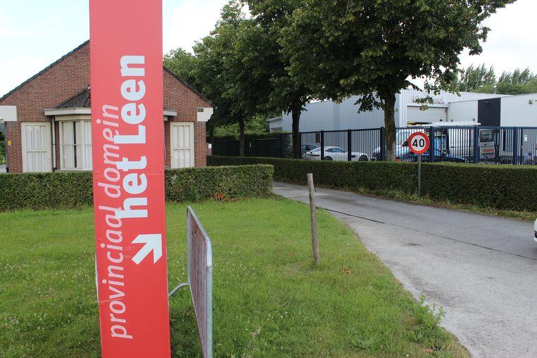 De hoofdingang van Het Leen ligt in Eeklo, maar het meeste groen wel op grondgebied Lievegem.