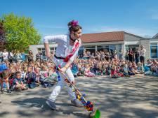 Leraren van basisschool Beneden-Leeuwen maken filmpje voor kinderen: 'We zijn trots op jullie'