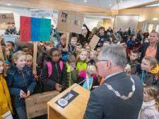 Lawaaiactie Theo Thijssenschool bij gemeenteraad voor uitbreiding schoolgebouw in Zierikzee