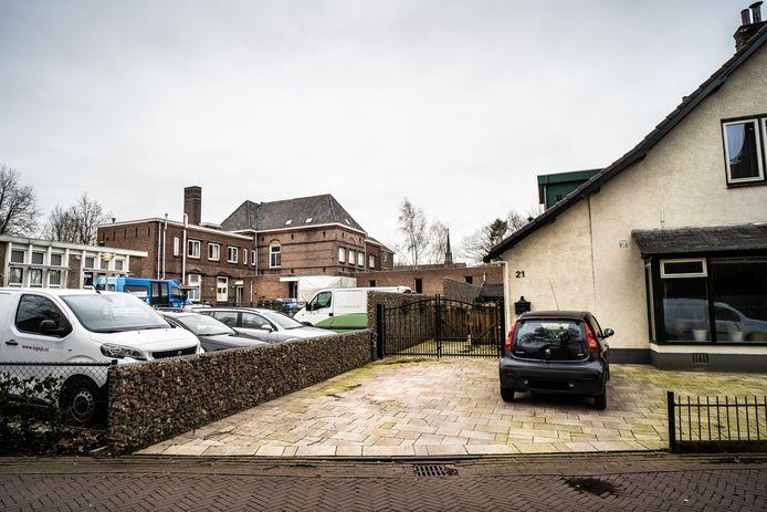 Het voormalige klooster in De Steeg, waar tachtig Oost-Europeanen verblijven, staat dicht op de omliggende woningen.