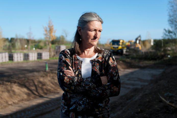 Het doet buurtbewoner Estella Franssen pijn dat de groenstrook die zij met de buren had aangeplant zomaar weggevaagd is.