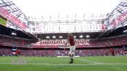 """Ajax laat jeugdspelertje (10) kunstjes tonen voor match, maar club vraagt dan plots aan jongetje om te stoppen: """"Aftrap kan niet uitgesteld worden"""""""