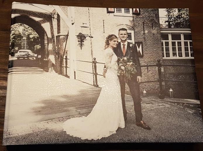 Eigen foto van het echtpaar op hun trouwdag.