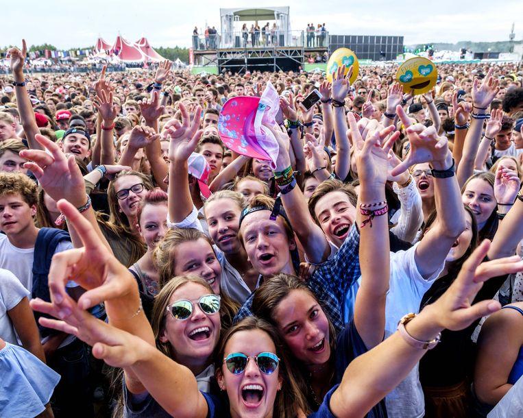Het publiek gaat volledig uit de bol tijdens een optreden op Laundry Day.