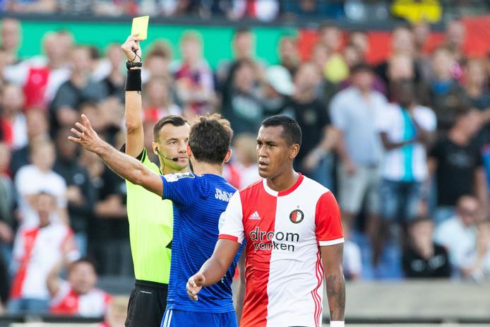 Sergey Boiko toont Giorgi Kukhianidze van Dinamo Tbilisi de gele kaart in het duel met Feyenoord in de Kuip (4-0).