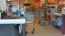 De mandjes en karretjes vol boodschappen blijven staan bij de Albert Heijn op Keizerslanden in Deventer; de winkel is ontruimd.