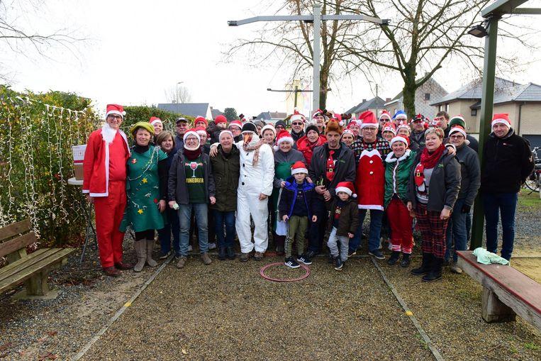 Er liepen heel wat kerstmannen rond tussen de petanquers