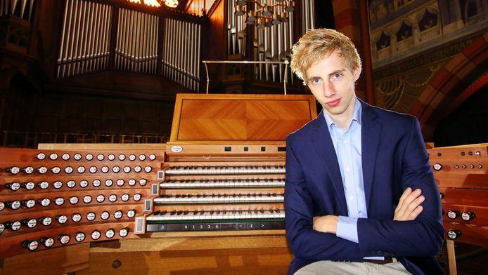 Gert van Hoef voelt zich in zijn element achter het orgel.