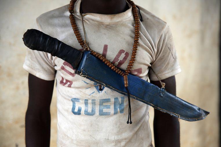 Een christelijke strijder in de Centraal-Afrikaanse stad Guen. Sinds december zijn gewelddadige clashes uitgebroken tussen christelijke en islamitische milities. Beeld AP/ Jerome Delay