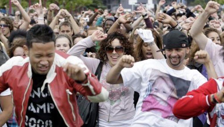 Op diverse plekken in Amsterdam hebben fans van Michael Jackson een zogeheten flashmob gehouden. Foto ANP Beeld