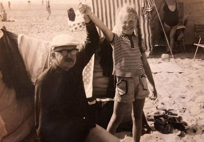 Frans Brekelmans en zijn dochter Marijke in 1966 een dagje naar het strand van Scheveningen.