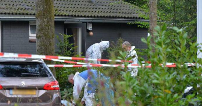 Een uitgebreid team van technisch rechercheurs onderzoekt de dood van een bewoner van Bospark Beekbergen