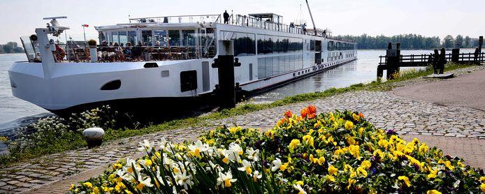 Een schip van Viking meert aan in Gorinchem.