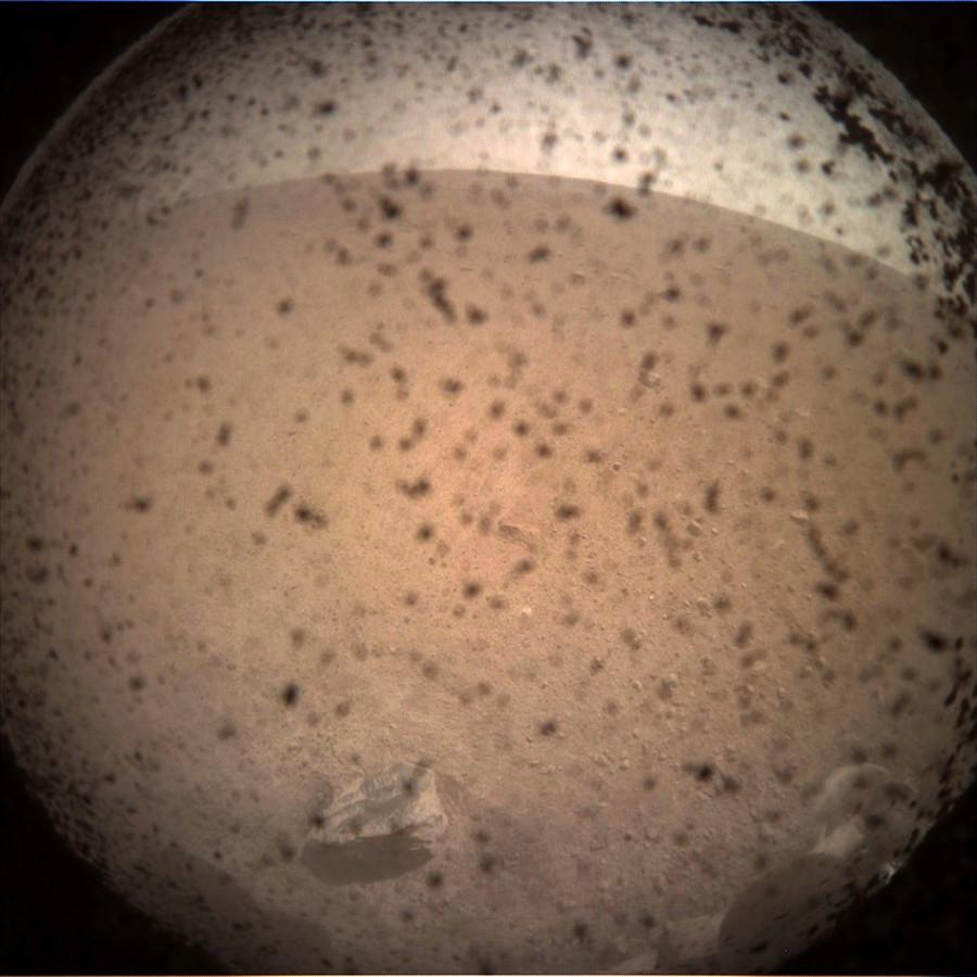 Het eerste plaatje van Mars dat InSight verstuurde, was nog niet heel helder.