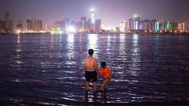 Man en kind staan in de oever van de Yangtze rivier Beeld afp