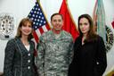 De ontmoeting tussen Angelina Jolie en David Petraeus in Irak. Links ziet u Paula Dobriansky, onderstaatssecretaris van buitenlandse zaken