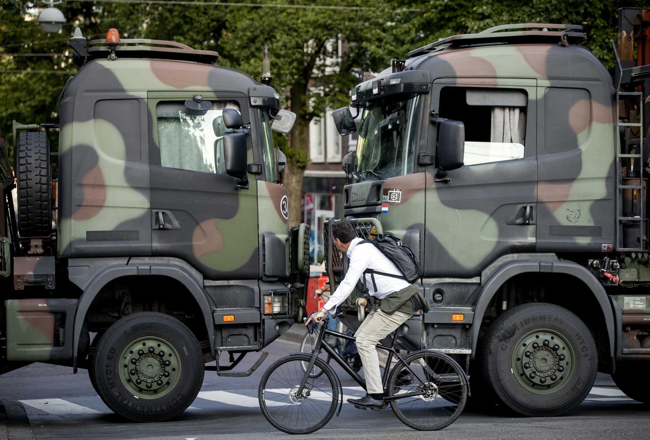 Vrachtwagens van Defensie blokkeren de toegangswegen naar het Binnenhof vanwege een aangekondigd boerenprotest op het Malieveld.