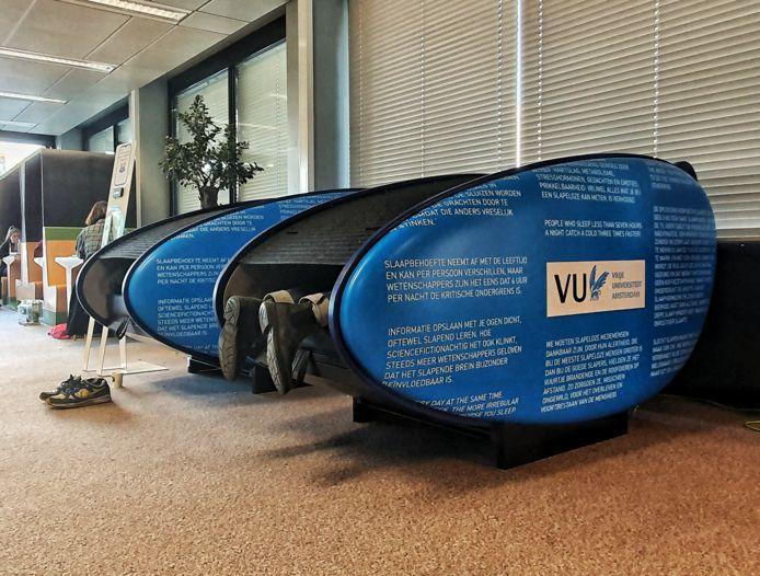 Een powernap doen op het werk gaat heel makkelijk in deze 'powernappod', de Vrije Universiteit heeft er een aantal in gebruik.