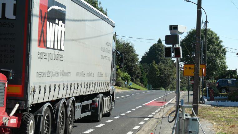 Een scanner controleert of een vrachtwagen zijn kilometerheffing betaald heeft.