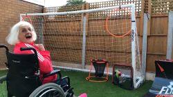 Britse oma gaat viraal met haar voetbaltalent