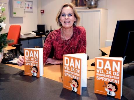 Receptioniste van gemeente Ronde Venen bundelt anekdotes in boek
