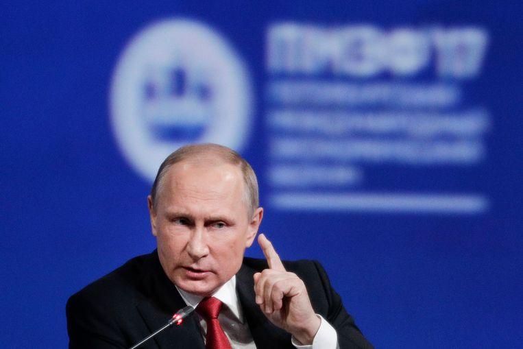 De Russische president Vladimir Poetin is de belangrijkste bondgenoot van Assad. Rusland heeft de VS gewaarschuwd dat gevechtstoestellen van de door de VS geleide coalitie ten westen van de rivier de Eufraat als vijandig worden beschouwd. Beeld AP