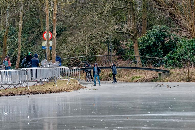 Ook op de kasteelvijver van Wissekerke waagden jongeren zich op het ijs.