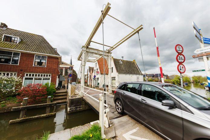 De dorpsbrug in Baambrugge wordt flink opgeknapt.