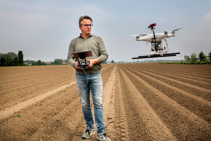 Jeroen Klompe met zijn drone. Camera's geven hem informatie over de bodem.
