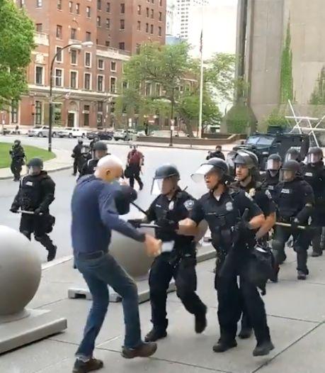 Amerikaanse agenten geschorst na duw 75-jarige man: 'Volkomen schandalig'