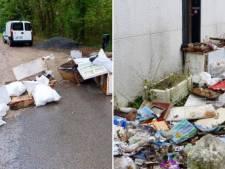 Il déverse un tas de déchets le long d'une route, la commune les lui renvoie