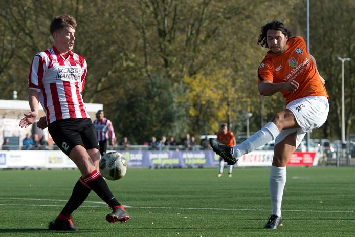 Kasper Michel (links) houdt de bal tegen in de gewonnen wedstrijd tegen SJC.