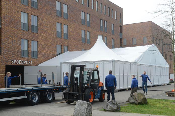 De triagetent bij ziekenhuis Bernhoven in Uden wordt vrijdag in gebruik genomen