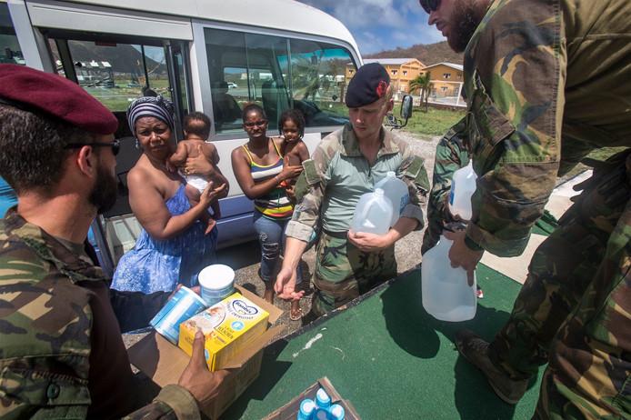 Nederlandse mariniers bieden noodhulp aan slachtoffers van orkaan Dorian.